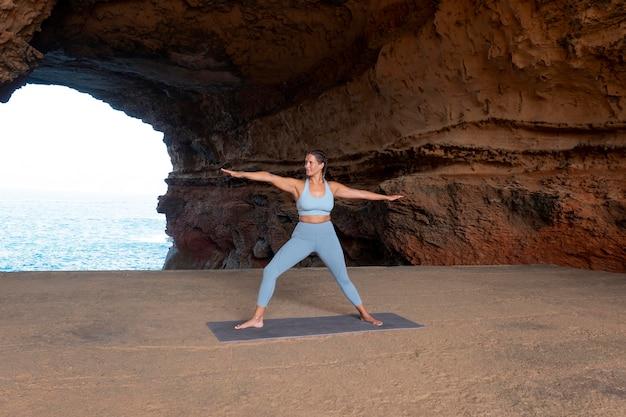 Fit vrouw doet yoga full shot
