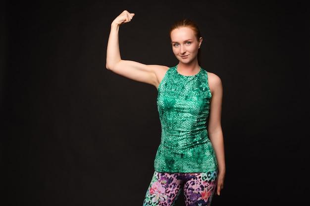 Fit vrouw in sportkleding met biceps sport