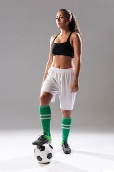 Fit vrouw in sportkleding poseren