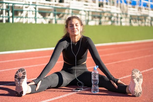 Fit vrouw in sportkleding rusten na training of hardlopen