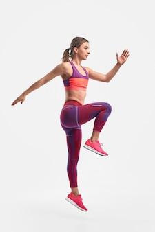 Fit vrouw springen tijdens training