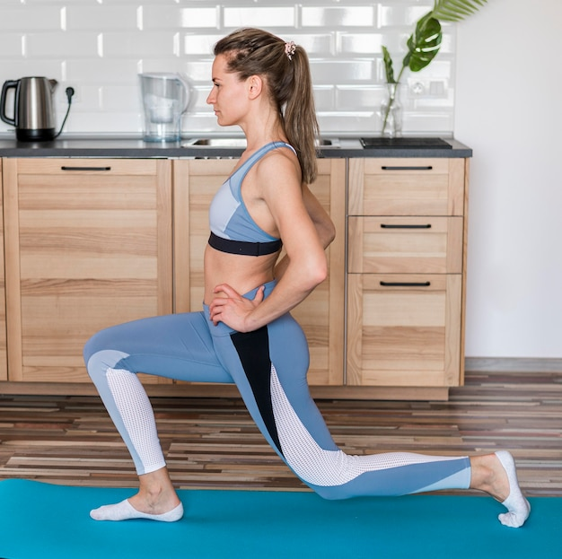 Fit vrouw thuis trainen