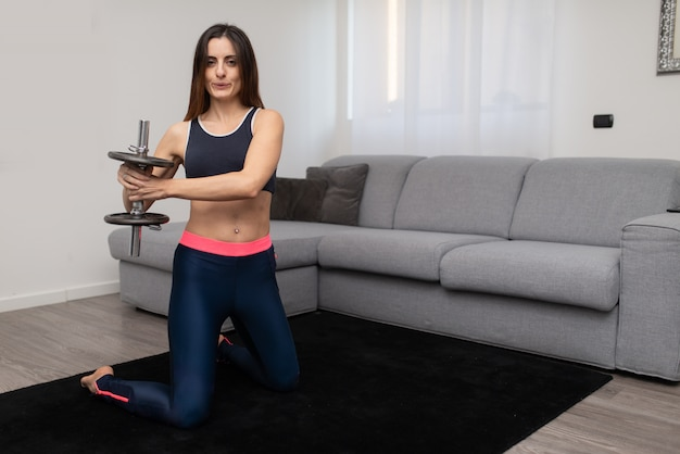 Fit vrouw training thuis doen
