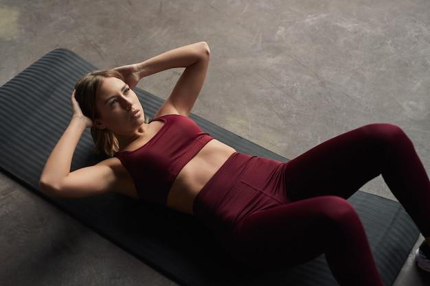 Fit vrouwelijke atleet buik crunches