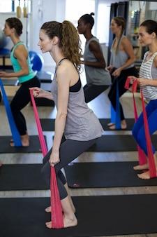 Fit vrouwen die rekoefeningen doen met een weerstandsband