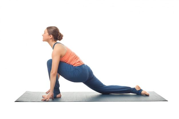Fit yogini vrouw beoefent yoga asana anjaneyasana