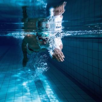 Fit zwemmer training door hemzelf