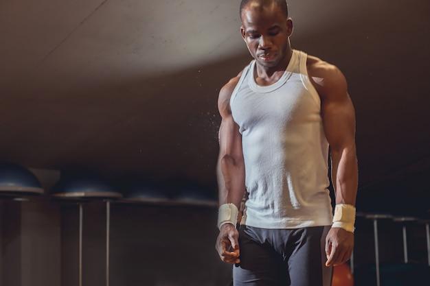 Fitness atleet sport man ontspannen na training