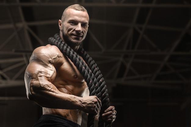 Fitness atleten trainen met behulp van strijdtouwen