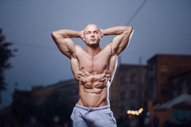 Fitness atletische man op straat. bodybuilding en gezondheidsconcept