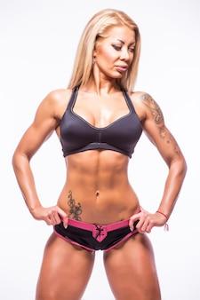 Fitness atletische vrouw die spieren toont.