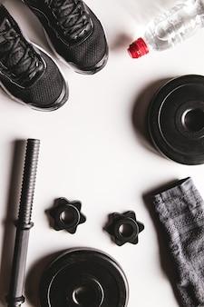 Fitness concept achtergrond met sneakers, fles water. bovenaanzicht met ruimte voor uw tekst