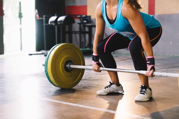 Fitness concept met vrouw training met barbell