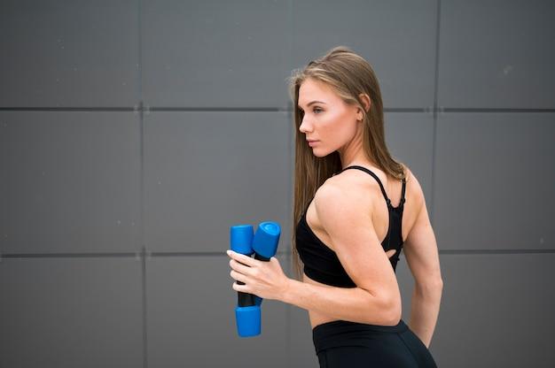 Fitness de vrouw die sport doet oefent middelgroot schot uit