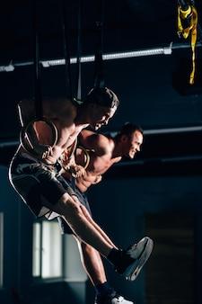 Fitness dip ring twee mannen training bij sportschool dompelen oefening