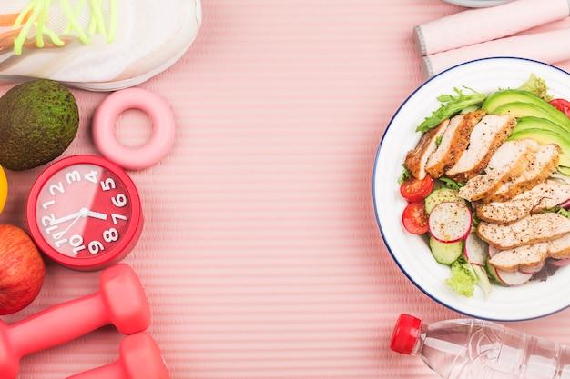 Fitness en een actieve gezonde levensstijl concept. een plaat van kippenborst salade