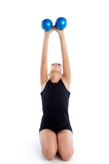 Fitness gewogen pilates-het meisjesoefening van het ballenjonge geitje