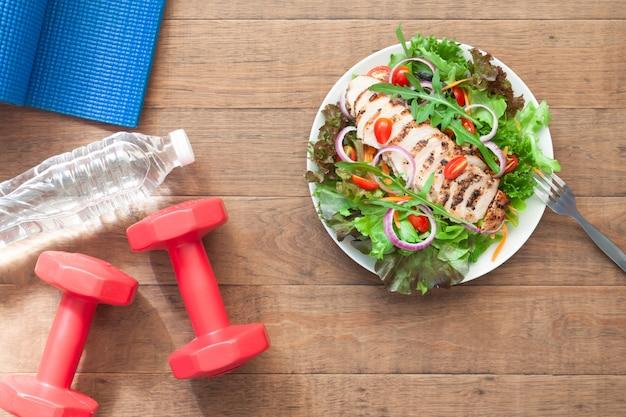 Fitness, gezonde salade, dieet en fitness levensstijl