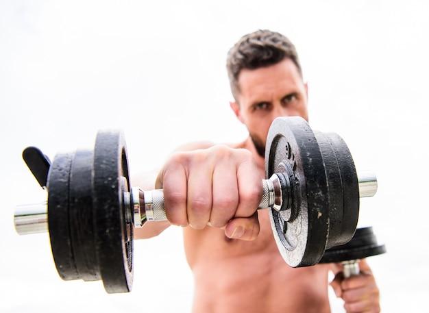 Fitness gezondheid dieet. atletisch lichaam. halter sportschool. man sportman met sterke ab torso. steroïden. gespierde man trainen met barbell. sportuitrusting. perfecte sixpack. gezond levensstijlconcept.