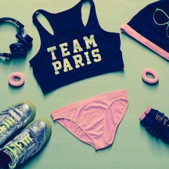 Fitness glamoureuze stijl. sportaccessoireset op groene achtergrond