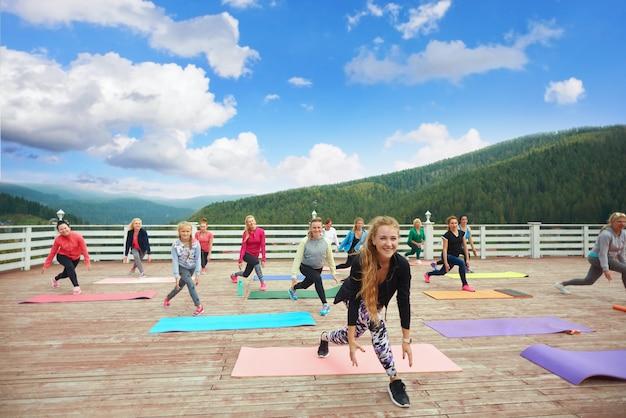 Fitness groep bewegingen van trainer herhalen.