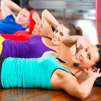 Fitness groep in gymnastiek die kraken voor sport doet
