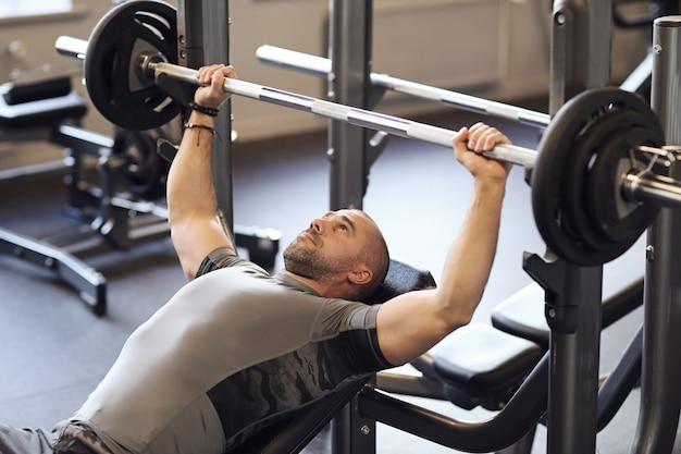 Fitness in de sportschool, gewichtheffen