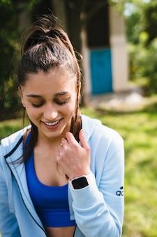 Fitness jonge vrouw loopt in het park en poseren