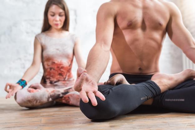 Fitness jonge yoga paar mediteren, ontspannen in lotushouding