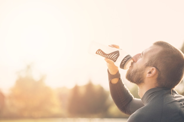 Fitness jongen drinkwater