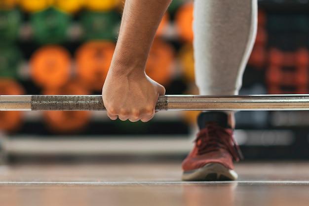 Fitness jongen gewichtheffen in de sportschool
