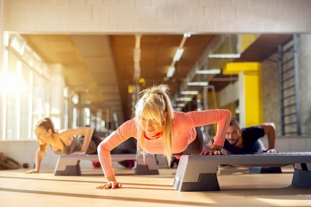 Fitness klas. groep jongeren die bij gymnastiek uitwerken