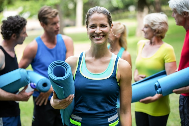 Fitness klasse poseren met sportmatten