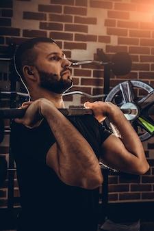 Fitness man doet oefeningen in de sportschool. fitness en gezond levensstijlconcept