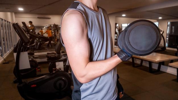 Fitness man is training in de sportschool
