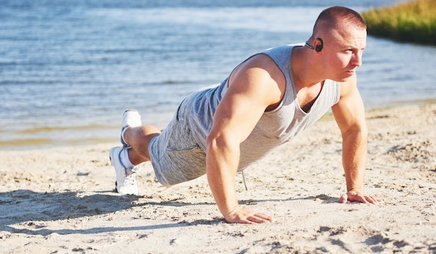 Fitness man opleiding push-up. sport, lichaamsbeweging, fitness, training.