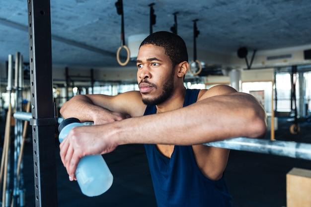 Fitness man rust in gezonde club sportschool na het sporten