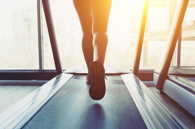 Fitness meisje draait op loopband