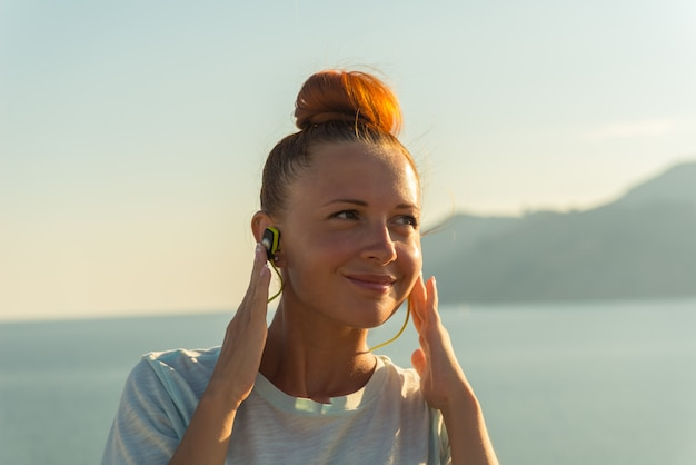 Fitness meisje met draadloze koptelefoon
