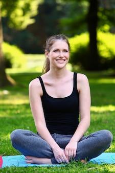 Fitness meisje ontspannen na training in het park