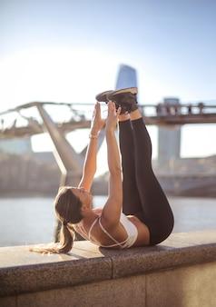 Fitness meisje training in de straat