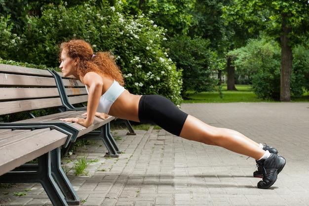 Fitness meisje werkt in het park