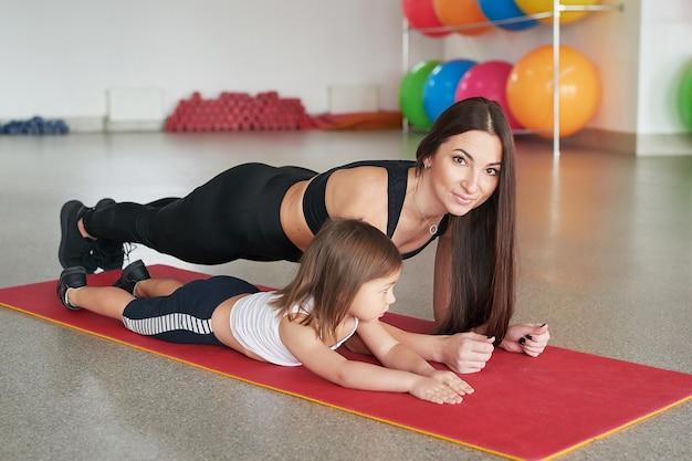 Fitness moeder en kind. sportieve activiteiten met kinderen. fitness centrum.