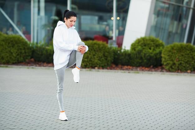 Fitness. mooie jonge vrouw die in het park uitoefent - sport en gezond levensstijlconcept