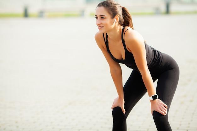 Fitness. mooie jonge vrouw die oefeningen in het park doet