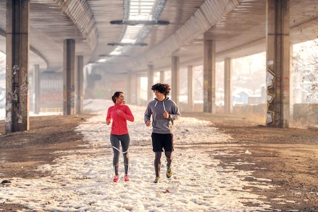 Fitness paar winter ochtend oefeningen. winter fitness concept.