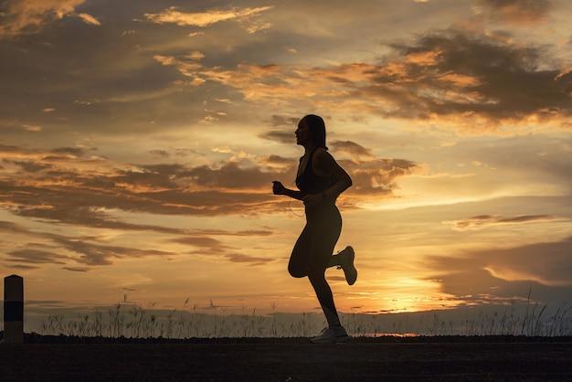 Fitness runner-atleet die naar muziek luistert in de app voor mobiele smartphones die de voortgang bijhoudt