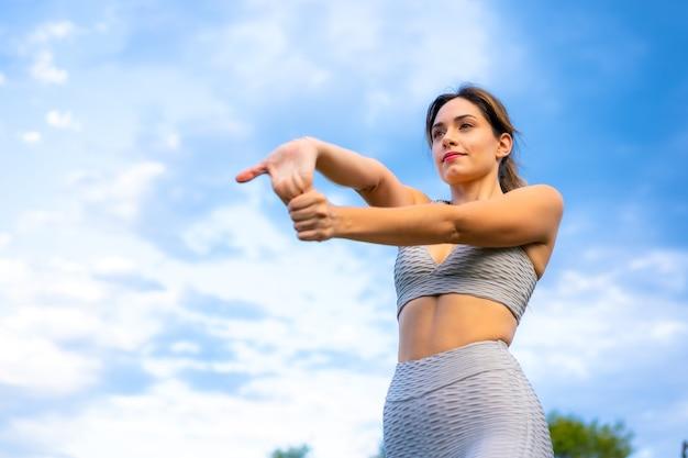 Fitness sessie met een jong kaukasisch meisje
