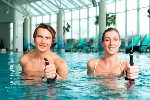 Fitness - sport en gymnastiek onder water in zwembad of spa