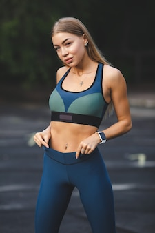 Fitness sport meisje in mode sportkleding doen fitness oefening buiten stedelijke stijl